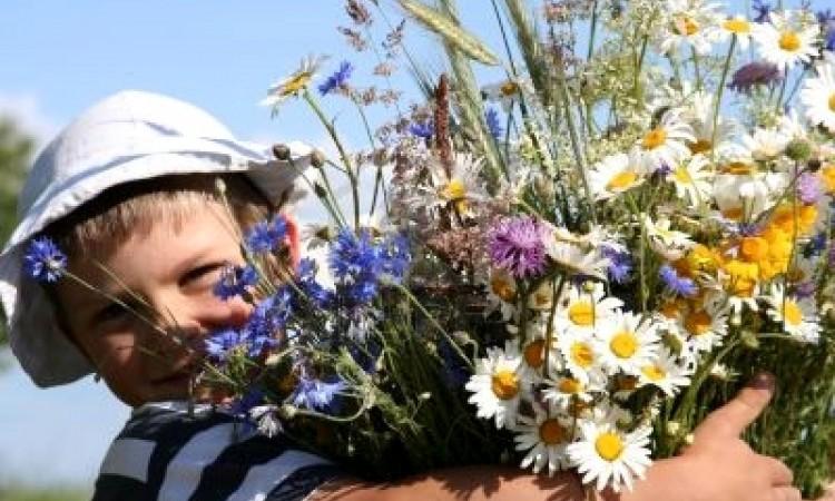 Enfant-tenant-un-bouquet-des-fleurs